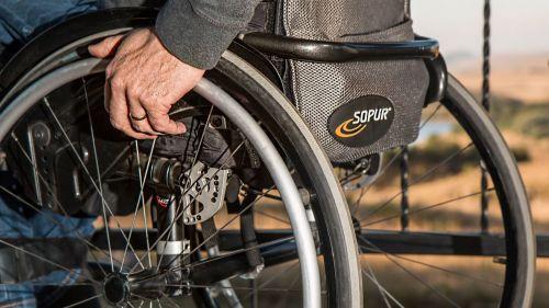 Un usuario de silla de ruedas denuncia que lleva cinco años 'encerrado en casa' por la falta de accesibilidad de su edificio