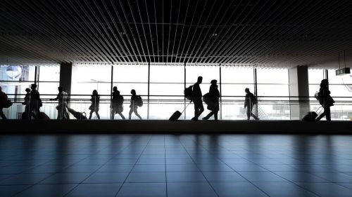 El precio de los billetes de avión desciende a casi la mitad con respecto al verano prepandémico