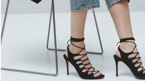 Los cordones en las sandalias la tendencia más calientes de la temporada
