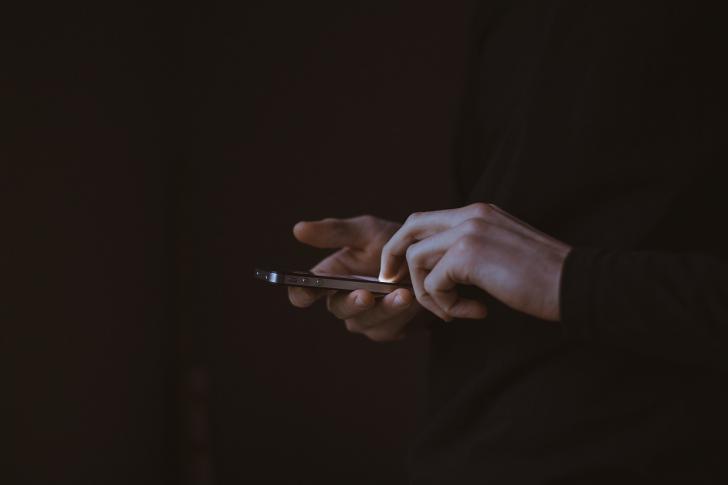 Usar el móvil antes de dormir puede retrasar la conciliación del sueño en 90 minutos
